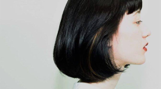 髪をツヤツヤに見せるヘアスタイル。